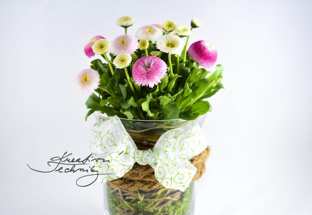 Návod na výrobu jarní dekorace do bytu. Návod na tvoření dekorace z prvních jarních květin. Tato jarní dekorace je na výrobu velmi jednoduchá. Její tvoření nám nezabere mnoho času.