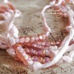 Výroba bižuterie: Jak vyrobit elegantní náhrdelník z korálků a hedvábí. Návod na výrobu originální bižuterie.