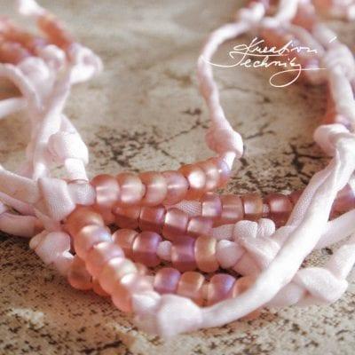 Výroba bižuterie: náhrdelník z korálků a hedvábí