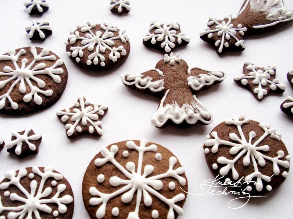 Vánoční perníčky zdobení. Recept na vánoční perníčky. Poleva na vánoční perníčky. Bílková poleva. Zdobení vánočních perníčků.