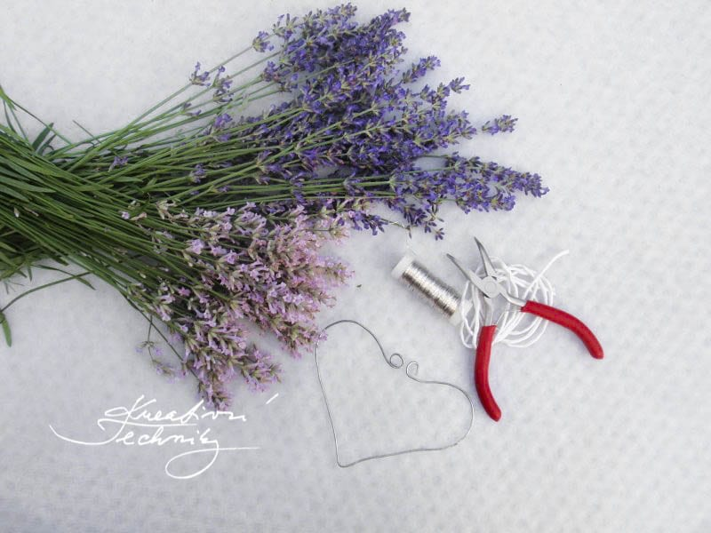 DIY lavender decor. Lavender. DIY project. lavender wreath diy. Decorations. Decor. Lavender DIY. lavender garden. lavender ideas. lavender ideas decoration. lavender flowers. diy home decor. diy decorations. diy decor ideas. growing lavender. lavender wreath.