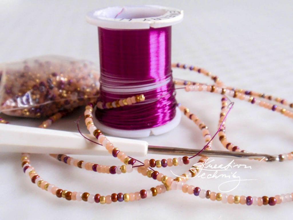 Výroba náramků. Háčkování z korálků. Výroba náramku. Náramek z korálků. Návody na korálkové náramky. Korálkové náramky. Tvoření náramků. Korálkování, Ruční výroba šperků a bižuterie. DIY návody, nápady, inspirace... Háčkovaný náramek. Háčkovaný šperk.