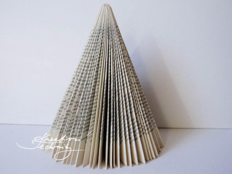 Vánoční stromek z papíru. Papírové vánoční ozdoby. Domácí výroba vánočních dekorací.