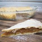 Dnes si upečeme linecký koláč s jablky. Jablečné koláče patří mezi jedny z nejoblíbenějších a existuje jich mnoho druhů. Linecký koláč s jablky není na přípravu nijak zvlášť složitý. Linecké těsto nemusí sloužit pouze jako základ pro tradiční vánoční linecké cukroví. Můžeme z něj připravit například právě tento lahodný křehký koláč.