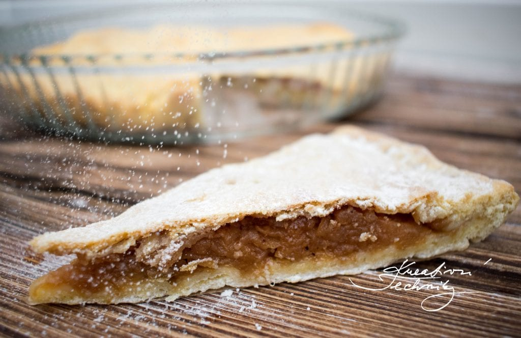 Today, we will bake an apple pie, made of Linzer dough. Apple pies are amongst the most popular types of pies. There many various types of apple pies and this one is easy to make. The Linzer dough does not have to only serve us as basis for traditional Christmas sweets. We can use it to prepare this delicous, delicate apple pie.