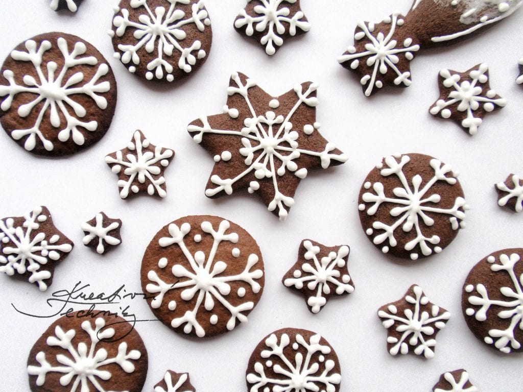 Decorating Christmas gingerbreads