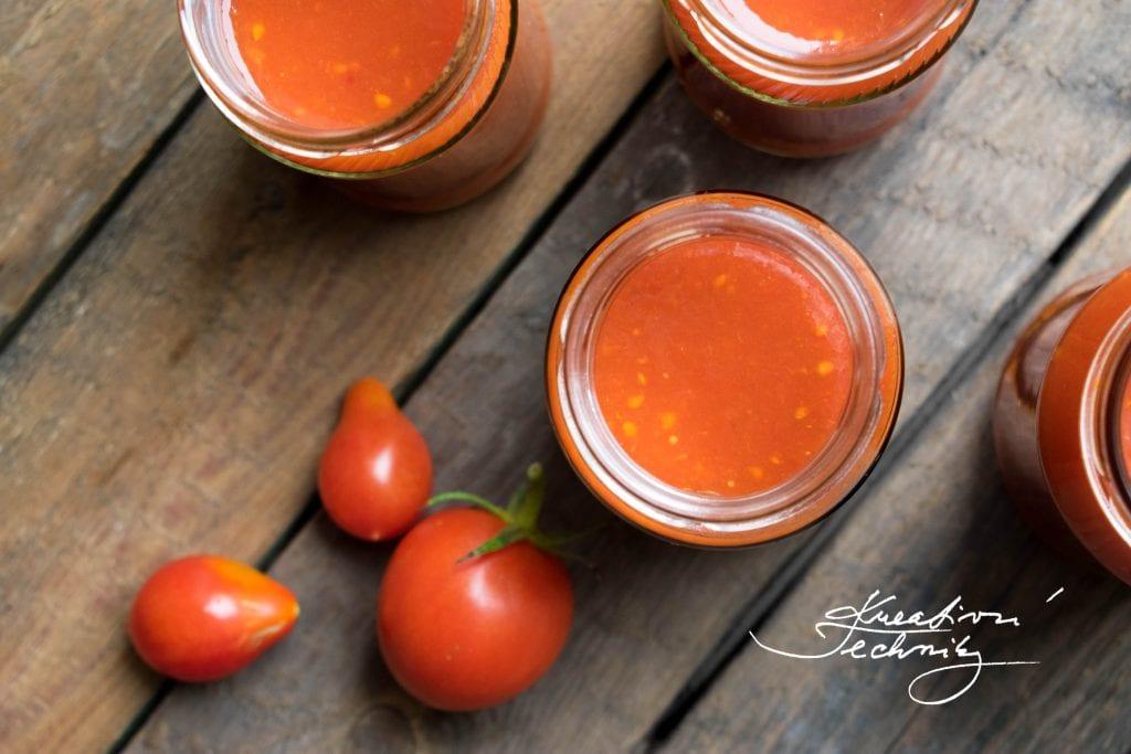 Připravte si domácí kečup! Máte na zahrádce přebytek rajčat a přemýšlíte, jak je uchovat? Vyzkoušejte náš recept na domácí kečup! Recept na domácí kečup z rajčat.│výborný domácí kečup│kečup z rajčat│recept na nejlepší domácí kečup│kečup recept│recept na domácí kečup│domácí kečup recept│#kečup #recept
