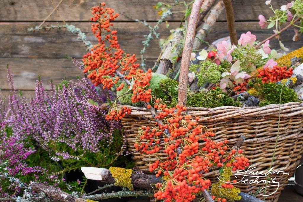 Chcete si vyrobit krásné a originální podzimní dekorace? Na podzimní tvoření budeme potřebovat i ořírodní materiál. Podzimní výzdoba oživí náš dům, byt i zahradu. Na výrobu podzimní dekorace můžeme použít cokoli, co najdeme v přírodě, stačí vyrazit na procházku.