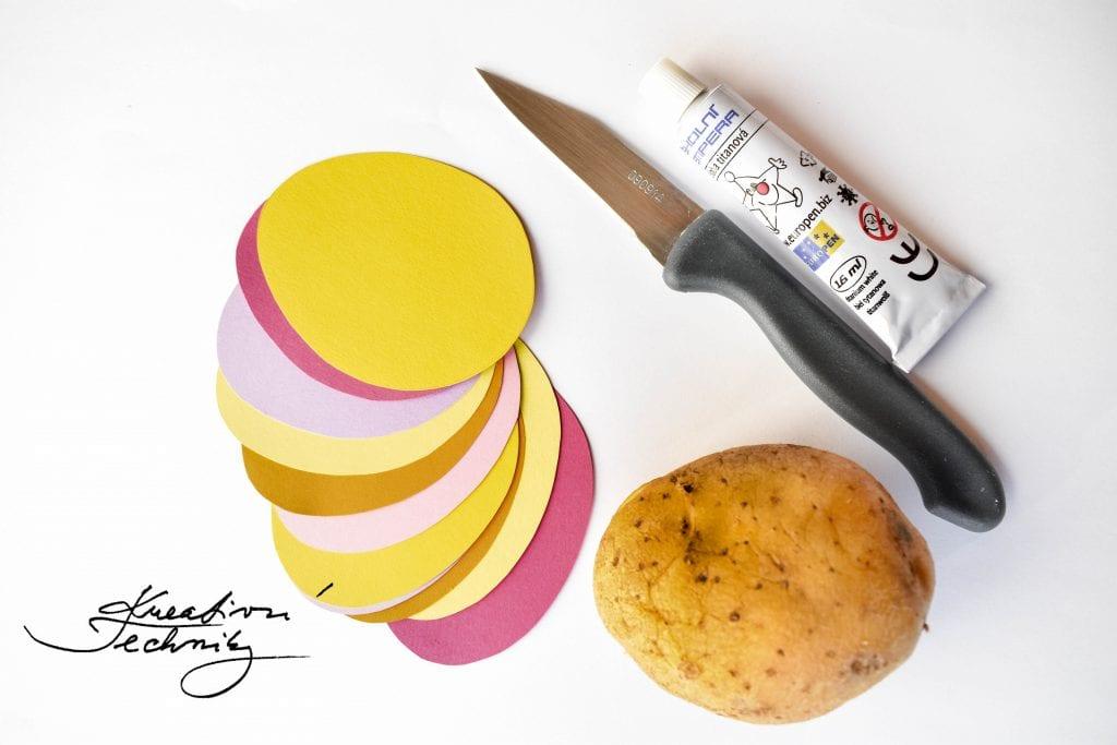 Výroba tiskátka z brambor. Velikonoční věneček na dveře. Velikonoční věnec. Velikonoční vajíčka. Výroba velikonoční dekorace. Barevná velikonoční vajíčka. Velikonoční výzdoba. Velikonoční dekorace z papíru. DIY. Kreativní tvoření.