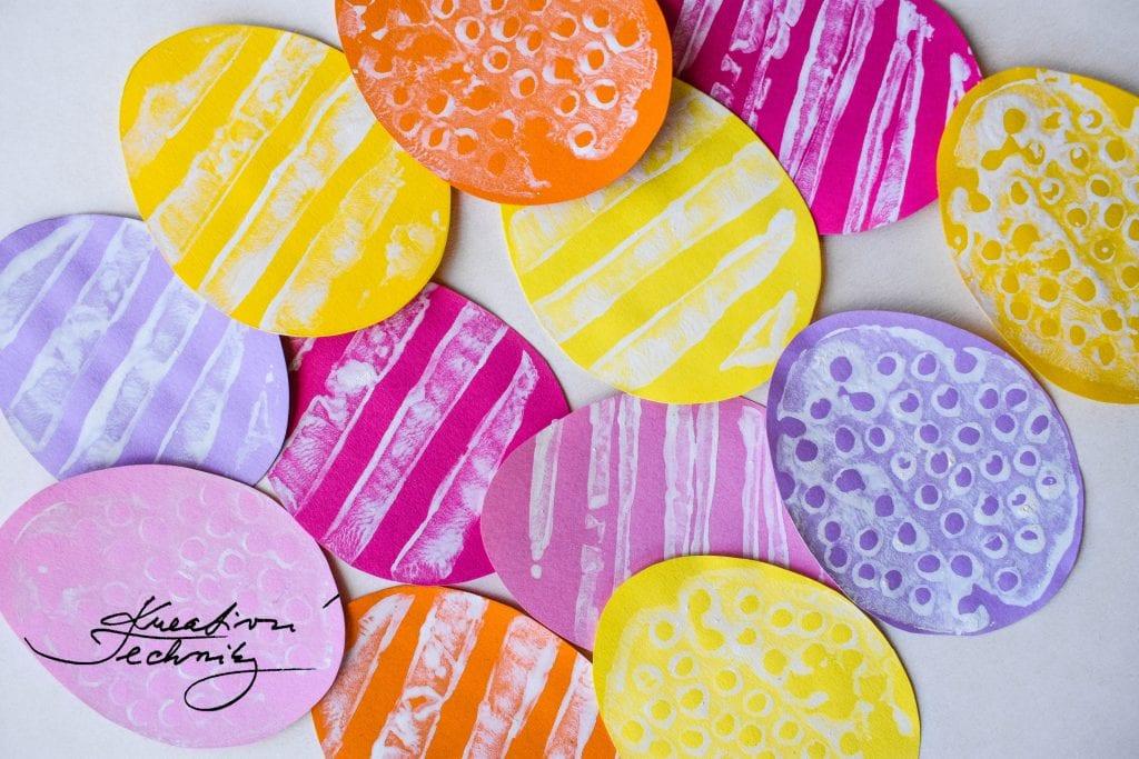 Velikonoční věneček na dveře. Velikonoční věnec. Barevná velikonoční vajíčka. Výroba velikonoční dekorace. Barevná velikonoční vajíčka. Velikonoční výzdoba. Velikonoční dekorace z papíru. DIY. Kreativní tvoření.