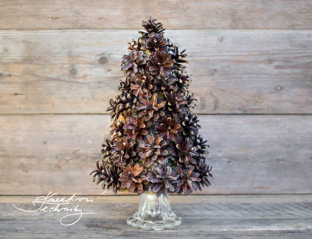 Stromeček ze šišek. Vánoční dekorace. DIY. Vánoční dekorace tvoření.  Dekorace ze šišek. Pinterest vánoční tvoření. Ručně dělané vánoční dekorace. Vánoční výzdoba inspirace. Vánoční stromky. Vánoční stromeček. Pinterest vánoce. Pinterest nápady na vánoce. Vánoční dekorace diy. Tipy na vánoční dekorace. Vánoční diy dekorace. Vánoční tvoření. Vánoční výzdoba. Vánoční tvoření dekorace. Vánoční tvoření návody. Vánoční tvoření nápady.