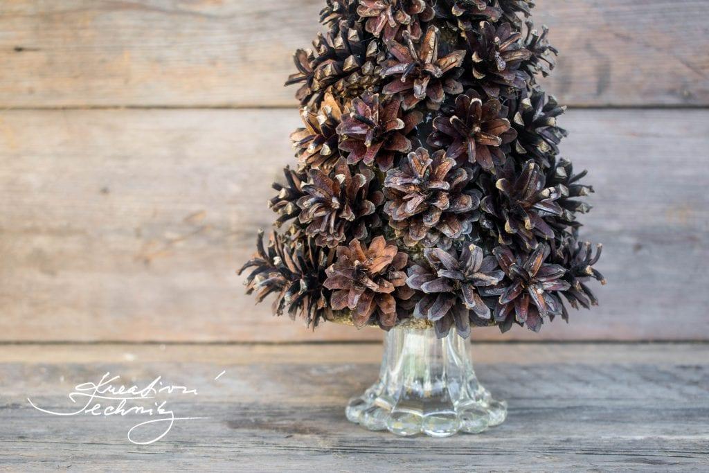 Vánoční stromeček ze šišek. Stromeček ze šišek. Vánoční dekorace. DIY. Vánoční dekorace tvoření. Ručně dělané vánoční dekorace. Vánoční výzdoba inspirace. Vánoční stromky. Vánoční stromeček.Vánoční dekorace diy. Tipy na vánoční dekorace. Vánoční diy dekorace. Vánoční tvoření. Vánoční výzdoba. Vánoční tvoření dekorace. Vánoční tvoření návody. Vánoční tvoření nápady. Co vyrobit na vánoční jarmark.