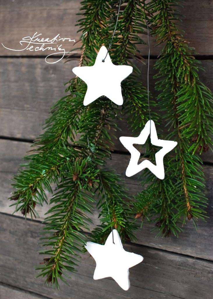 Vánoční dekorace: Výroba vánočních ozdob│Studený porcelán. Recept na studený porcelán. Jak vyrobit studený porcelán. Studený porcelán návod. Výrobky ze studeného porcelánu. Výroba vánočních ozdob. Vánoční ozdoby bílé. Vánoční ozdoba. Bílé vánoční ozdoby. Vánoční ozdoby na stromeček. Vánoční ozdoby ze sody a škrobu. Hmota ze škrobu na vánoční ozdoby. Vánoční ozdoby ze škrobu. Ozdoby ze škrobu.│Těsto ze škrobu a sody│Modelovací hmota ze sody│Vánoční ozdoby ze sody│cold porcelan│