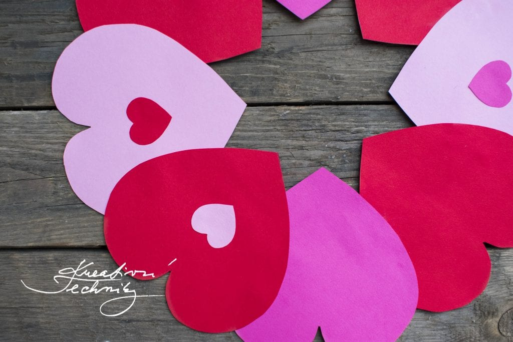 Valentýnská dekorace DIY, valentýnské tvoření, výroba dekorace, srdce věnec na dveře