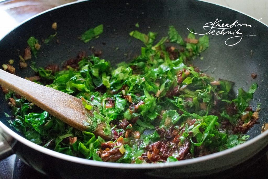 Recept na rychlý oběd. Rychlá večeře. Recept na těstoviny. Špenát recept. Co k obědu. Co uvařit k obědu. Zdravé recepty. Těstoviny se sušenými rajčaty a mangoldem. Sušená rajčata recept. Mangold. Tymián. Oregáno. Dobromysl.