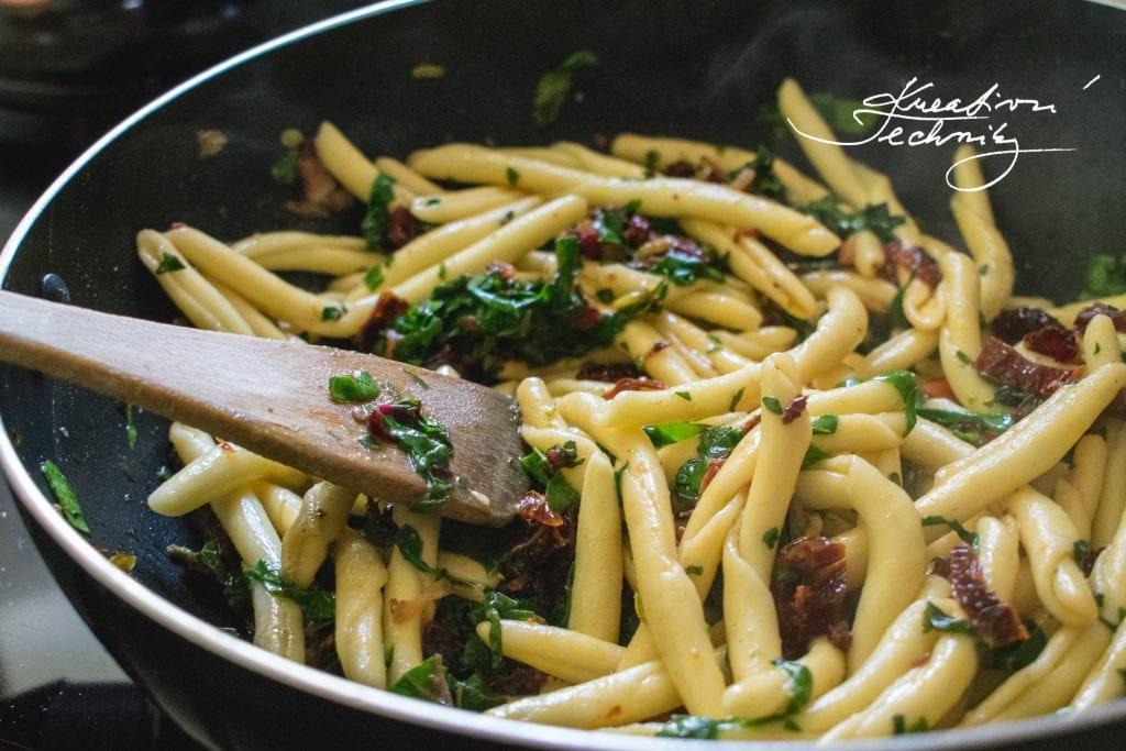 Rychlá večeře, rychlý oběd výborný recept. Recept na rychlou večeři nebo rychlý oběd. Zdravé recepty. Těstoviny. Sušená rajčata. Recept. Špenát recept. Mangold. Bylinky. Oregano. Tymián.