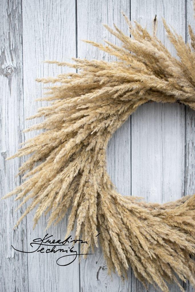 Boho styl. Věnec z trav. Okrasné trávy. Boho styl bydlení. Boho obývací pokoj. Boho interiér. Boho květiny. Celoroční věnec. Celoroční věnec na dveře. Vánoční věnec. Vánoční věnec na dveře. Podzimní věnec na dveře. Podzimní dekorace. Výroba dekorace. DIY. Inspirace. DIY návody a nápady. Podzimní věnce na dveře. Podzimní věnce. Podzimní dekorace na dveře. Podzimní dekorace věnce. Podzimní věnec. Podzimní věnec na dveře. Věnec na dveře. Podzimní věnec stylu provence. Korpus na věnec