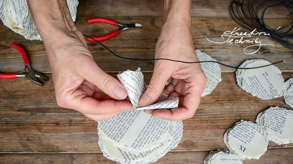 Výroba vánoční dekorace z papíru. DIY vánoční tvoření. Návod. Papírový stromeček. Kreativní tvoření z papíru. Tvoření z papíru. Vyrábění z papíru. Recyklace. Výrobky z papíru. Skládání z papíru. Vánoční ozdoby z papíru. Papírové vánoční ozdoby. Výroba vánočních ozdob z papíru. Papírové ozdoby na stromeček. Vánoční ozdoby z papíru návod. Jak vyrobit vánoční ozdoby z papíru. Papírové vánoční ozdoby návody. Výroba papírové vánoční ozdoby. Vánoční ozdoby z papíru andílky. Vánoční tvoření z papíru. Vánoční výrobky z papíru. Vánoční stromek z papíru. Vánoční výzdoba z papíru. Vánoční stromeček z papíru. Vánoční dekorace z papíru. Vyrábění z papíru. Papírové stromečky.