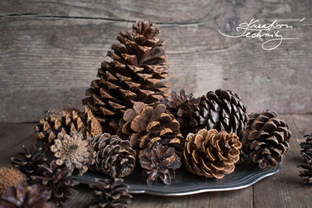 Vánoční výzdoba. DIY. Dekorace ze šišek. Vánoční dekorace ze šišek. Inspirace a návody na tvoření ze šišek. Borové šišky. Vánoční ozdoba. Vánoční dekorace. Vyrobit dekorace ze šišek. Výrobky ze šišek. Podzimní dekorace ze šišek. Vánoční stromek. Vánoční stromeček.Výrobky z borových šišek. Šišky. Tvoření. Vánoční tvoření. Stromeček ze šišek.