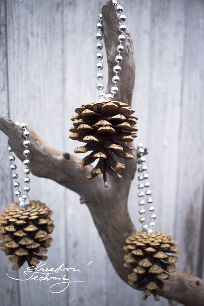 Vánoční dekorace. Vánoční výzdoba. Vyrobit dekorace ze šišek. Výrobky ze šišek. Podzimní dekorace ze šišek. Vánoční stromek. Vánoční stromeček.Výrobky z borových šišek. Šišky. Tvoření. Vánoční tvoření. Dekorace ze šišek. Vánoční dekorace ze šišek. DIY. Inspirace a návody na tvoření ze šišek. Borové šišky. Vánoční ozdoba.