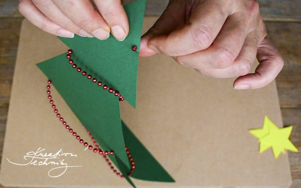 Vánoční tvoření z papíru. Vánoční dekorace z papíru. Vánoční výrobky z papíru. Výroba vánoční dekorace z papíru. Levné vánoční dekorace. Vánoční výzdoba. Krásné vánoční dekorace. Vánoční stromek. Vánoční stromeček. Návod. Návody. DIY. Vánoční tvoření s dětmi. Vánoční dárky pro děti. Vánoční vyrábění s dětmi. Vánoční tvoření pro děti. Vánoční prostírání stolu. Vánoční výzdoba. Vánoční výzdoba inspirace. Vánoční výzdoba na stůl. Vánoční výzdoba z papíru. Vánoční výzdoba levně.