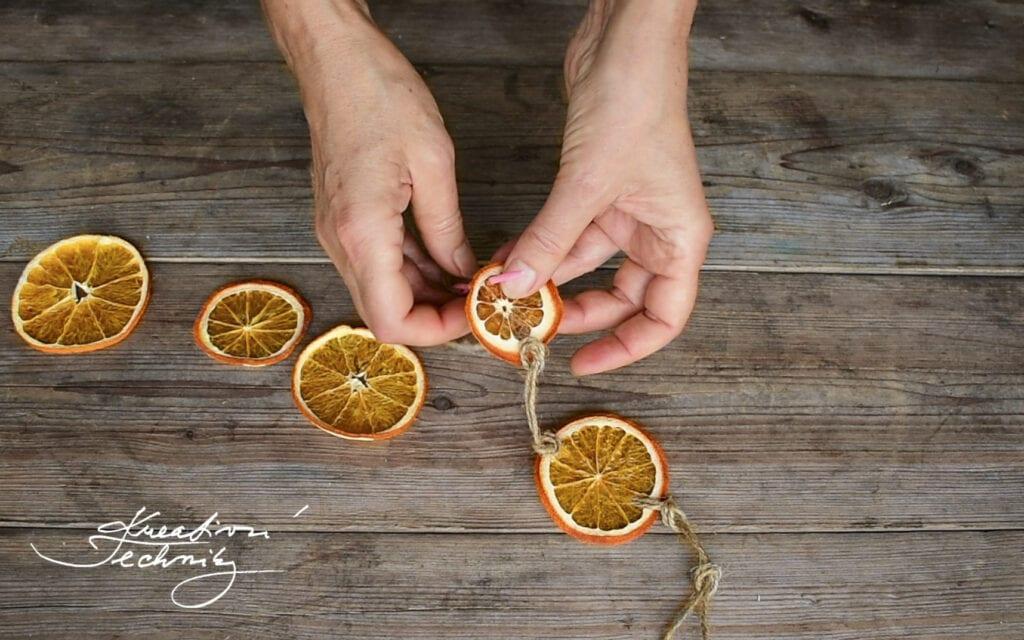 Vánoční tvoření s dětmi. Inspirace. DIY. Návody. Nápady. Výroba vánoční dekorace.Tvoření. Vánoční tvoření. Dekorace z přírodnin. Ozdoby z pomerančové kůry. Vánoční výzdoba z pomerančů. Sušený pomeranč dekorace. Vánoční dekorace na okno. DIY návod. Vánoční dekorace. Vánoční výzdoba. Sušený pomeranč dekorace. Vánoční dekorace z pomerančů. Ozdoby z pomerančové kůry. Vánoční výzdoba z pomerančů. Věnec z pomerančů. Vánoční dekorace do okna. Závěsná dekorace na okno. Závěsné dekorace do oken. Závěsné dekorace na dveře. Ozdoba na dveře. Vánoční dekorace do okna. Vánoční dekorace na dveře.