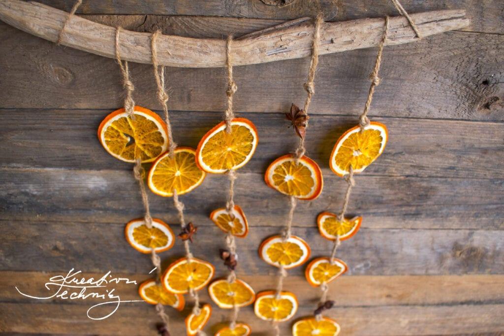 Vánoční dekorace na okno. DIY návod. Sušený pomeranč dekorace. Vánoční dekorace z pomerančů. Ozdoby z pomerančové kůry. Vánoční výzdoba z pomerančů. Věnec z pomerančů. Vánoční dekorace do okna. Závěsná dekorace na okno. Závěsné dekorace do oken. Závěsné dekorace na dveře. Ozdoba na dveře. Vánoční dekorace do okna. Vánoční dekorace na dveře. Inspirace. DIY. Návody. Nápady. Výroba vánoční dekorace.Tvoření. Vánoční tvoření. Vánoční tvoření s dětmi. Dekorace z přírodnin. Ozdoby z pomerančové kůry. Vánoční výzdoba z pomerančů. Sušený pomeranč dekorace. Vánoční dekorace z pomerančů. Jak sušit pomeranč na topení. Pomeranče.
