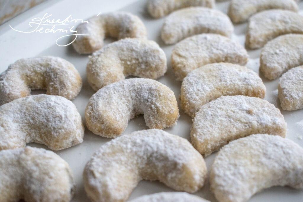 Nejlepší vanilkové rohlíčky. Vanilkové rohlíčky recept. Vanilkový lusk. Křehké vanilkové rohlíčky. Recept na vanilkové rohlíčky. Vanilkové rohlíčky bez ořechů. Ořechové rohlíčky. Rohlíčky. Mandlové rohlíčky. Jádrové rohlíčky. Vánoční cukroví. Vánoční cukroví recepty. Nejlepší vánoční cukroví. Recepty na vánoční cukroví. Cukroví. Ořechové cukroví. Recepty vánoční cukroví. Mandlové cukroví. Vánoční pečení. Vánoční pečení recepty. Pečení vánočního cukroví.
