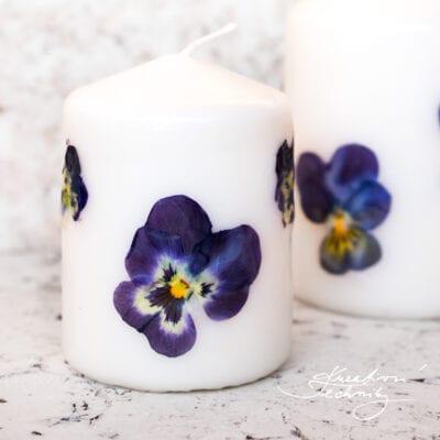 Svíčky zdobené kvítky macešek: DIY