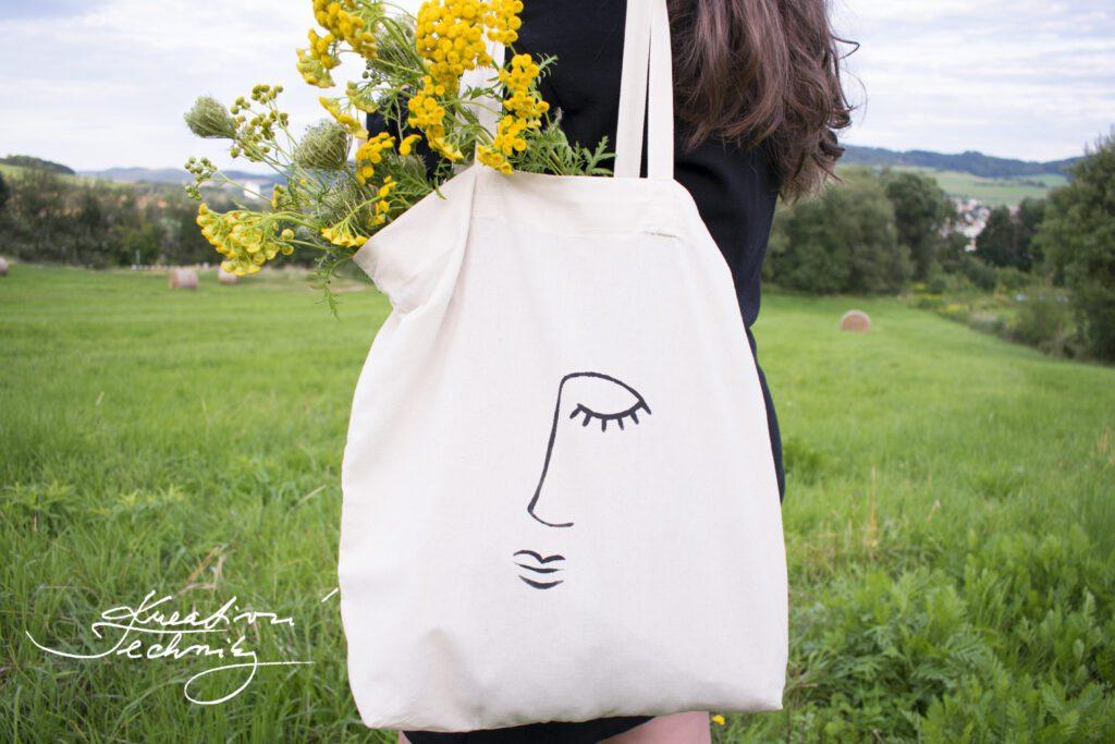 Ruční tisk. Ruční potisk. Ruční práce. Ruční práce návody. Tvoření. Kreativní tvoření. Taška. Taška přes rameno. Tašky. Plátěná taška. Plátěné tašky. Plátěné tašky přes rameno. Plátěná taška přes rameno. Plátěné nákupní tašky. Plátěná nákupní taška. Taška přes rameno plátěná. Látková taška. Látkové tašky. Látkové tašky přes rameno. Látkové nákupní tašky. Látková taška přes rameno. Jak ušít látkovou tašku. Látková nákupní taška. Látkové tašky domácí výroba. Tisk na tašky. Linoryt tisk na tasku. Návod. Návody. Taška s vlastním potiskem. Vlastní potisk na tašku. Minimalistický styl. Autorská móda. DIY. Inspirace. Výtvarné nápady. Šablony k vytisknutí. Šablona k vytisknutí. Šablony. Šablony na malování. Obrysová šablona. Šablony na kreslení. Kopírovací šablona. Pdf. Šablony ke stažení. Obrys. Obrysy. Obličej.